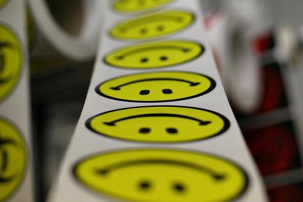 Hình ảnh mặt cười được vẽ đơn giản với khuôn mặt và vòng tròn bao quanh.