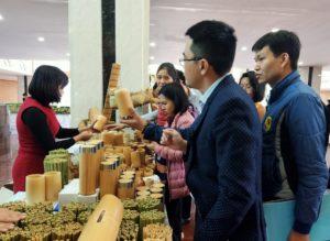 Nhiều sản phẩm làm bằng tre được thiết kế đẹp mắt thu hút nhiều người tham quan