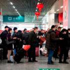 Các hành khách xếp hàng để chờ quét mã QR trước khi vào nhà ga Ôn Châu, Trung Quốc
