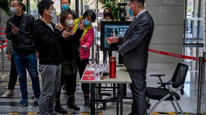 Các nhân viên văn phòng tại một công ty ở Trung Quốc đang chờ quét mã QR của họ để vào nơi làm việc