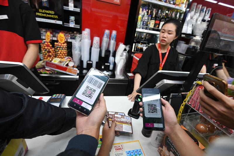 Thanh toán di động (momo, viettel pay, saunssung pay, zalo pay) và nhiều kiểu thanh toán từ các ngân hàng cũng được sử dụng rộng khắp các siêu thị cửa hàng tiện lợi, các quán ăn nhỏ lẻ